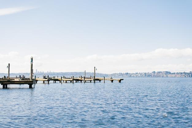 Kirkland, waszyngton, usa. luty 2020. nabrzeże jeziora waszyngton przy dobrej pogodzie. widok na jezioro