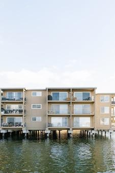 Kirkland, waszyngton, usa. woda na jeziorze washington. łódź mieszkalna