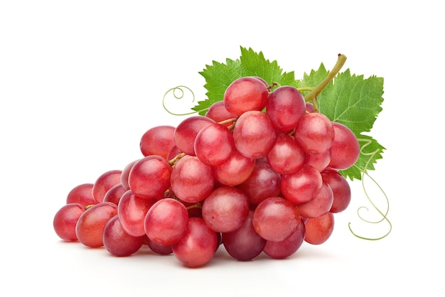 Kiść czerwonych winogron z liściem na białym tle.