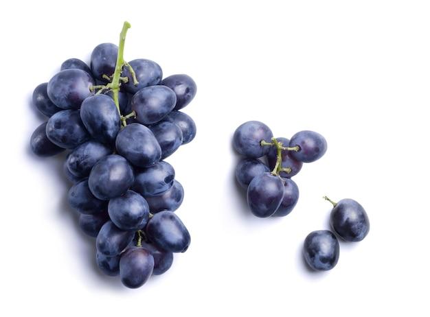 Kiść dojrzałych ciemnoniebieskich winogron izolowanych