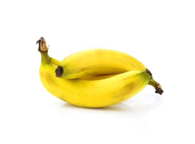 Kiść dojrzałych żółtych bananów, izolowana na białym tle