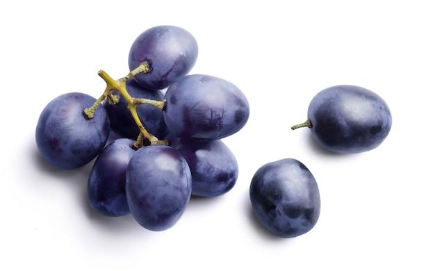 Kiść słodkich ciemnoniebieskich winogron izolowanych
