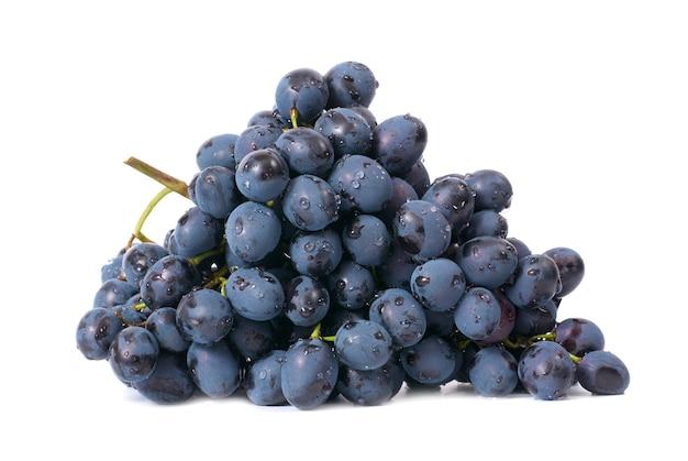 Kiść winogron czerwonych na białym tle
