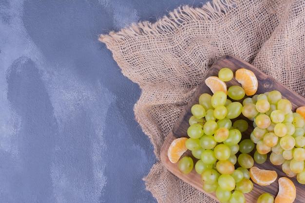Kiść winogron na desce.