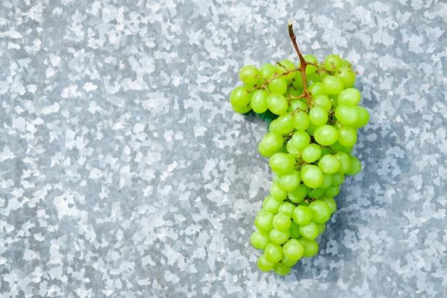 Kiść winogron na tle żelaza. świeże rodzynki