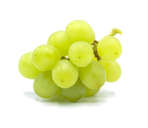 Kiść zielonych winogron na białym tle