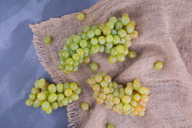 Kiście winogron na ręczniku kuchennym