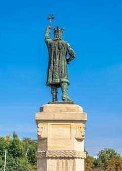 Kiszyniów, mołdawia – 12.09.2021. pomnik stefana cel mare w centrum kiszyniowa, stolicy mołdawii, w słoneczny jesienny dzień