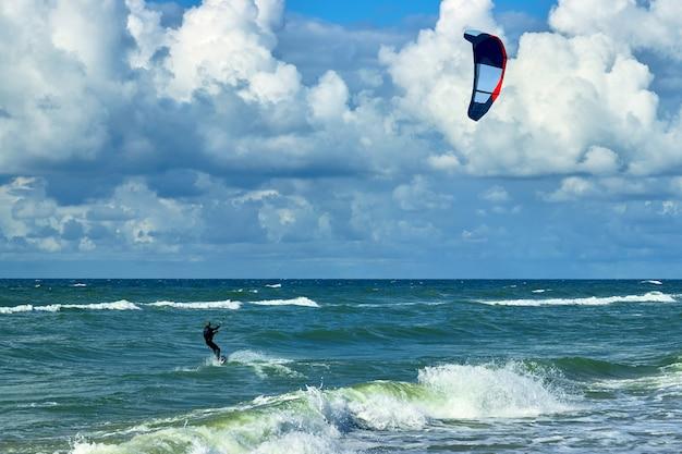 Kitesurfer na grzbiecie fali