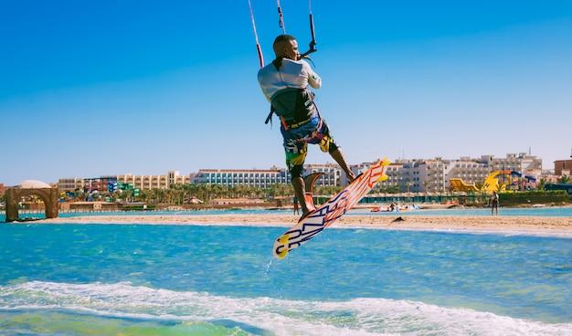 Kitesurfer szybujący nad wodami morza czerwonego. egipt.