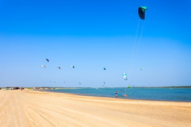 Kitesurferzy na plaży kalpitiya