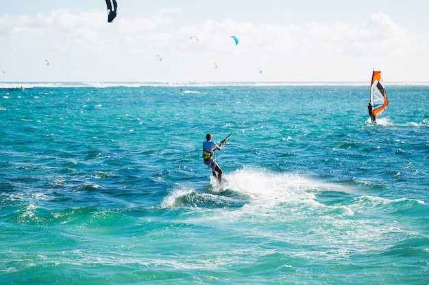 Kitesurferzy na plaży le morne na mauritiusie