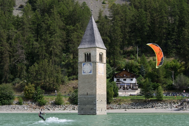 Kitesurfing i zanurzona dzwonnica w reschensee