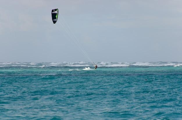 Kitesurfing na falach.
