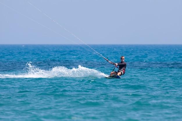 Kitesurfing w avidmou na cyprze