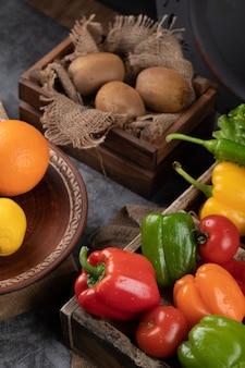 Kiwi i kolorowe papryki w rustykalnych tacach.