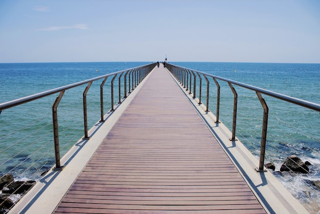 Kładka dla pieszych przy plaży w barcelonie, hiszpania