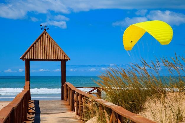 Kładka dostępu do plaży cortadura w kadyksie i paralotni