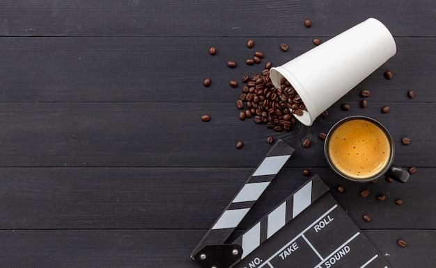 Klakier do filmu, gorąca kawa i ziarna