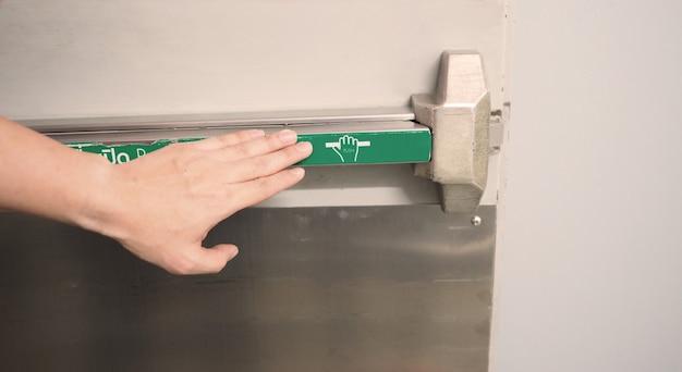 Klamka drzwi przeciwpożarowych wyjścia przeciwpożarowego do ewakuacji awaryjnej.