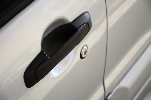 Klamka drzwi samochodu czarny z bliska. wyposażenie samochodu
