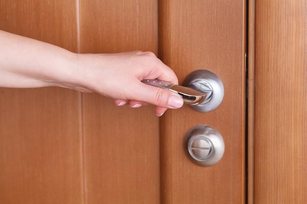 Klamka z drewnianymi drzwiami