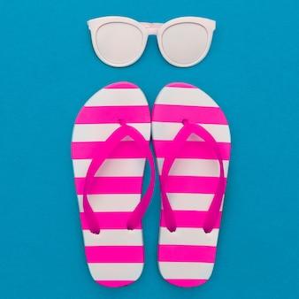 Klapki w paski i białe okulary przeciwsłoneczne