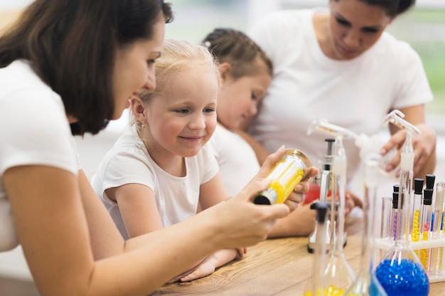 Klasa naukowa z małymi dziewczynkami
