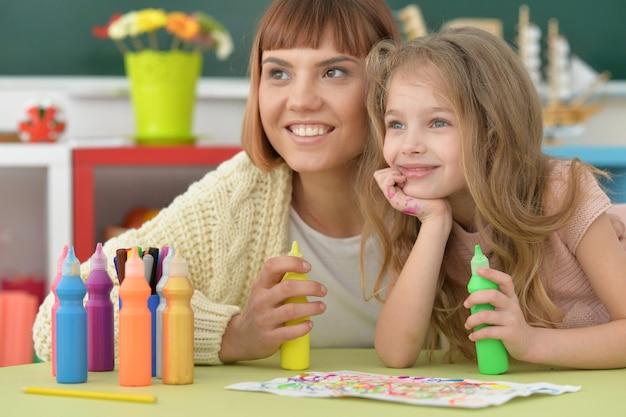 Klasa plastyczna w szkole podstawowej z piękną nauczycielką