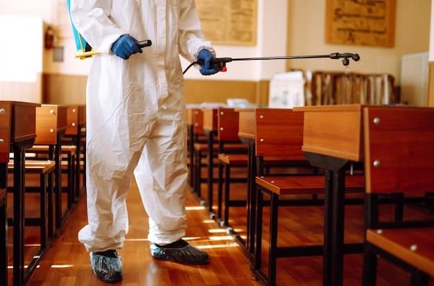 Klasa szkolna do czyszczenia i dezynfekcji w celu zapobiegania covid-19.