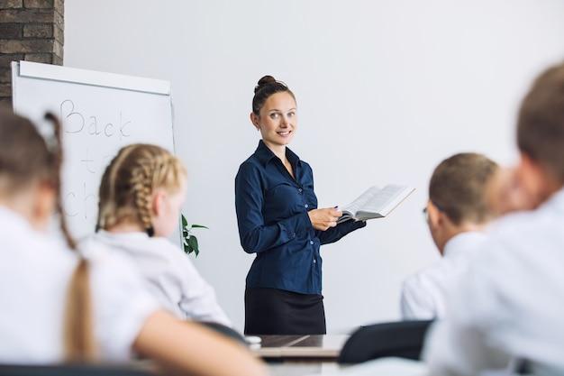 Klasa szkolna z uczniami i nauczycielem, w której odbywa się przyjemna lekcja pouczająca