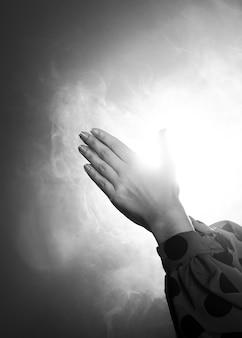 Klaskanie w ręce w czerni i bieli