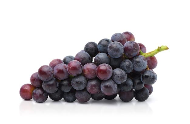 Klaster winogron czarny na białym tle. ścieżka przycinająca.
