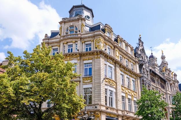 Klasyczna architektura budynków w antwerpii, belgia