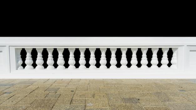 Klasyczna balustrada z podłoga odizolowywającą.