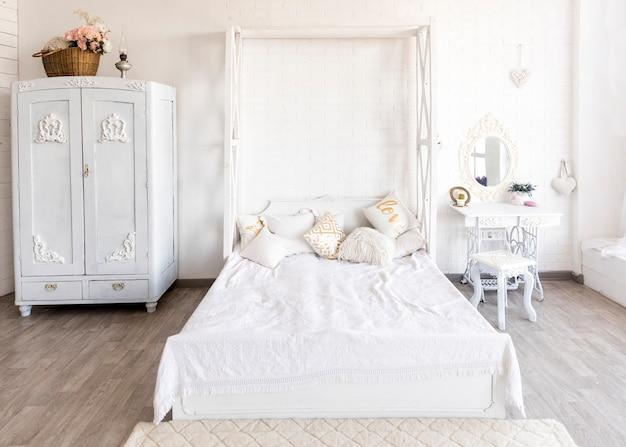 Klasyczna biała przestronna sypialnia