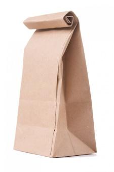 Klasyczna brązowa papierowa torba odizolowywająca na bielu