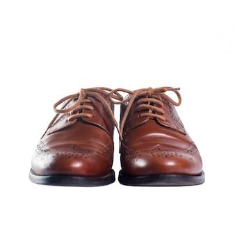 Klasyczna brązowa skórzana para butów stojących z przodu