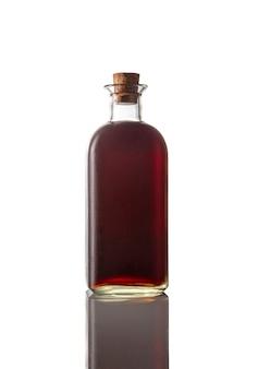 Klasyczna butelka czerwony wermut na białym tle. pojedyncze zdjęcie. obraz pionowy.