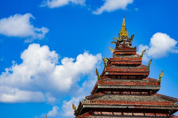 """Klasyczna drewniana świątynia """"nantaram"""" w prowincji phayao na północy tajlandii."""