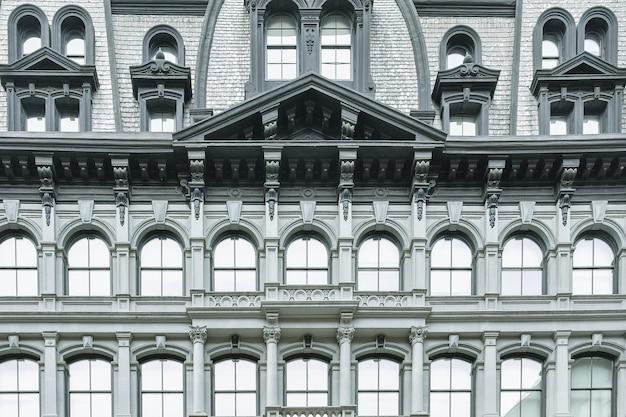 Klasyczna fasada budynku z łukowymi oknami