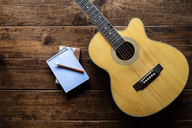 Klasyczna gitara na drewnianym