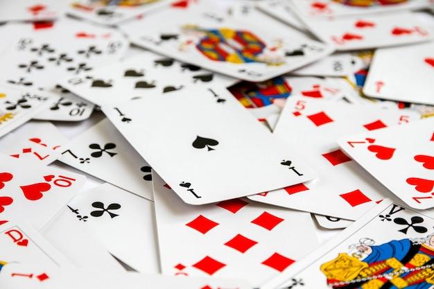 Klasyczna gra w karty do gry rozłożona na stole. białe tło