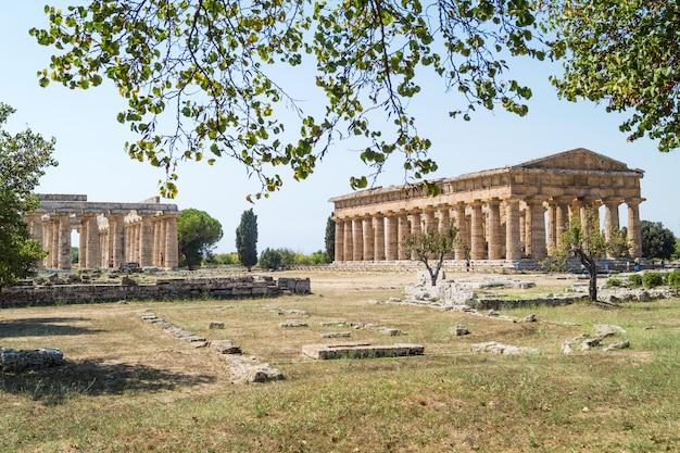 Klasyczna grecka świątynia przy ruinami antyczny miasto paestum, włochy