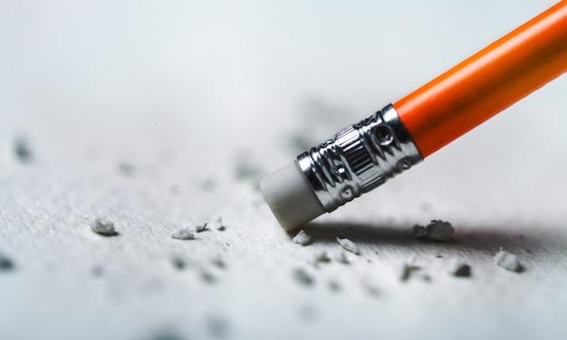 Klasyczna gumka do ołówka usuwająca napisany na papier