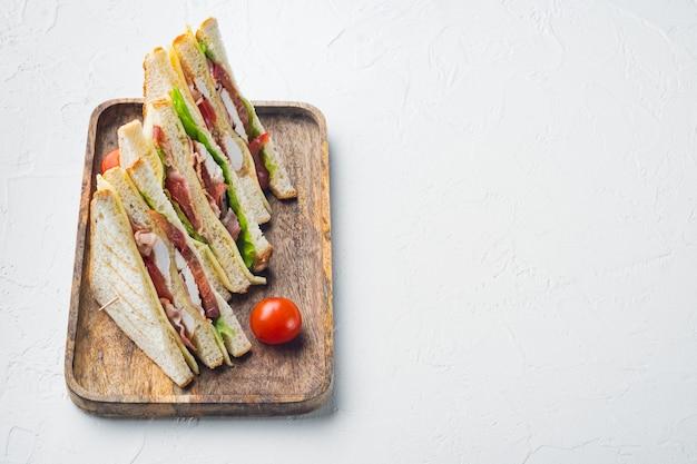 Klasyczna kanapka klubowa z mięsem, na białym tle z miejsca kopiowania tekstu