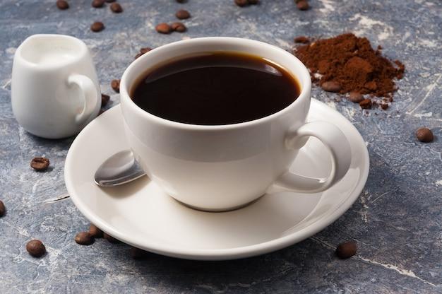 Klasyczna kawa americano z mlekiem na szarym tle