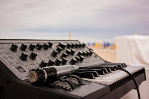 Klasyczna klawiatura muzyczna z różnymi potencjometrami i regulatorami dźwięku służąca do tworzenia muzyki