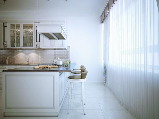 Klasyczna kuchnia jadalna z przeszklonymi frontami, białymi drewnianymi szafkami, granitowymi blatami, urządzeniami ze stali nierdzewnej, beżowym backsplashem, ceglanym panelem tylnym, ceramicznymi podłogami