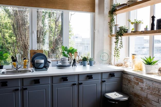 Klasyczna kuchnia z drewnianymi i białymi detalami
